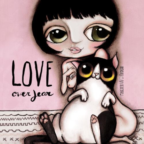 Pupetta con gatto bianco e nero
