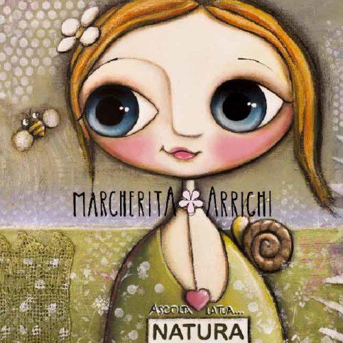 Bambina con l'ape e la lumaca sul prato verde